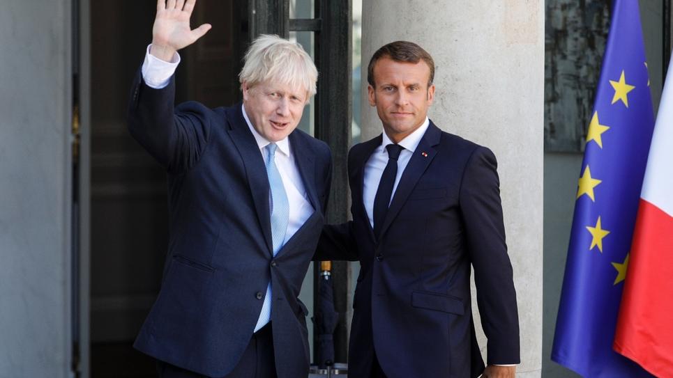 Le président Emmanuel Macron et le Premier ministre britannique Boris Johnson (d) sur le perron de l'Elysée, le 22 août 2019 à Paris