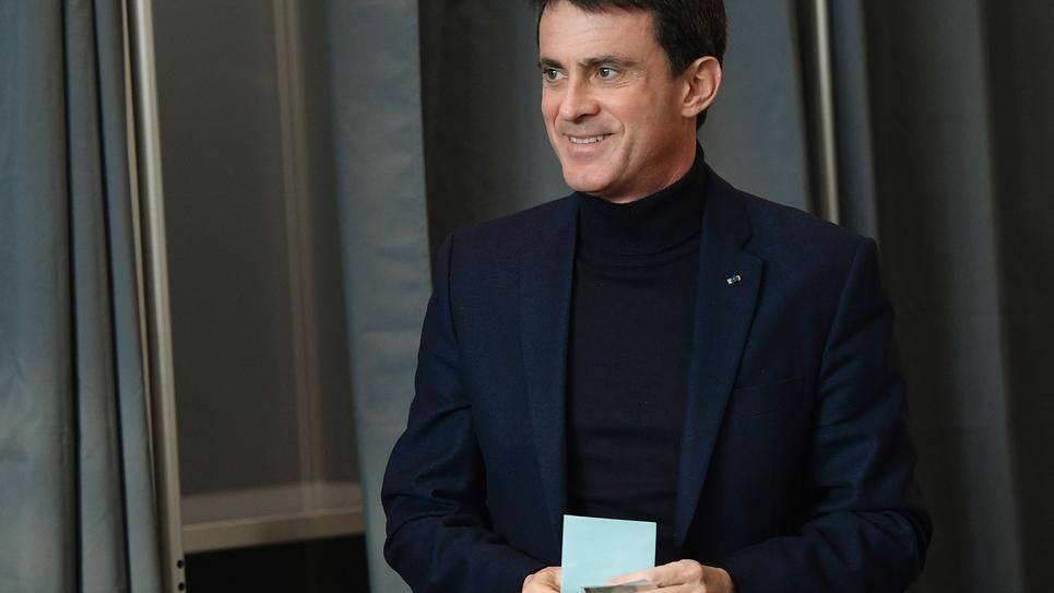 Manuel Valls vote au premier tour de la primaire de la gauche, le 22 janvier 2017 à Evry, près de Paris