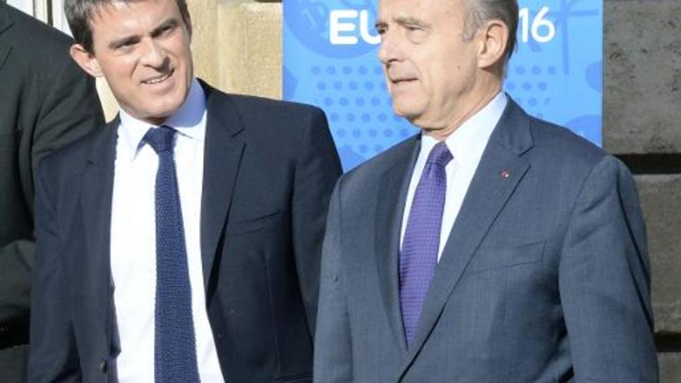 Le maire de Bordeaux Alain Juppé (d), lors de sa rencontre avec le Premier ministre Manuel Valls à Bordeaux le 23 octobre 2014