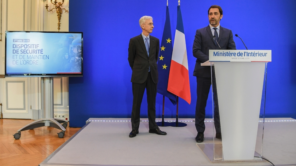 Le ministre de l'Intérieur français Christophe Castaner et le préfet de police de Paris Didier Lallement lors d'une conférence de presse à Paris, le 30 avril 2019
