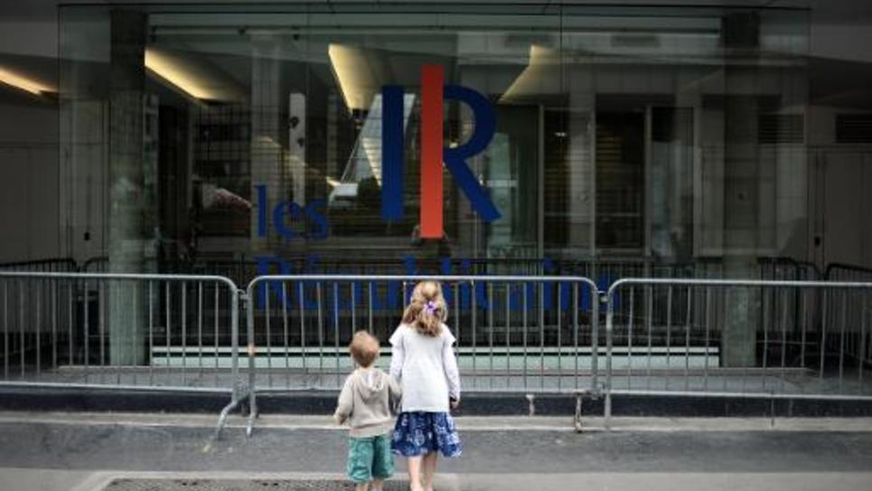 Deux enfants regardent le siège du Parti des Républicains, ex-UMP, à Paris le 31 mai 2015