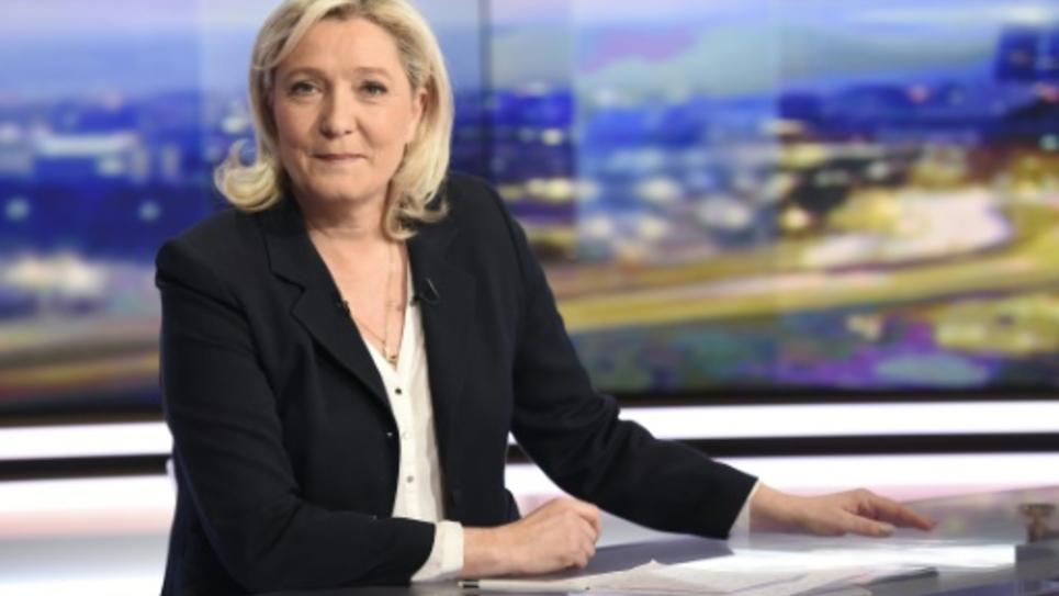 Marine Le Pen le 8 février 2016 sur le plateau de TF1 à Boulogne-Billancourt, près de Paris