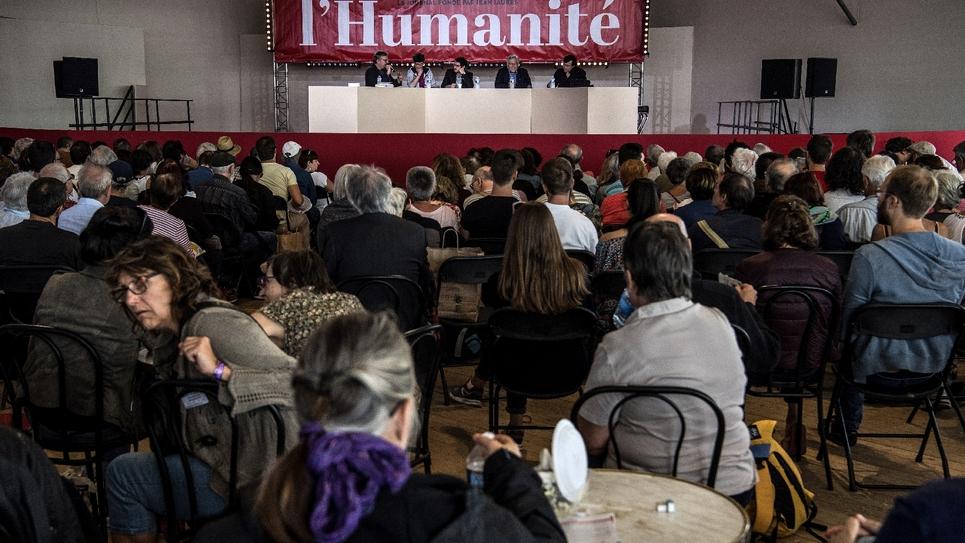 Des visiteurs écoutent des débats à la Fête de l'Humanité, à la Courneuve près de Paris, le 15 septembre 2018