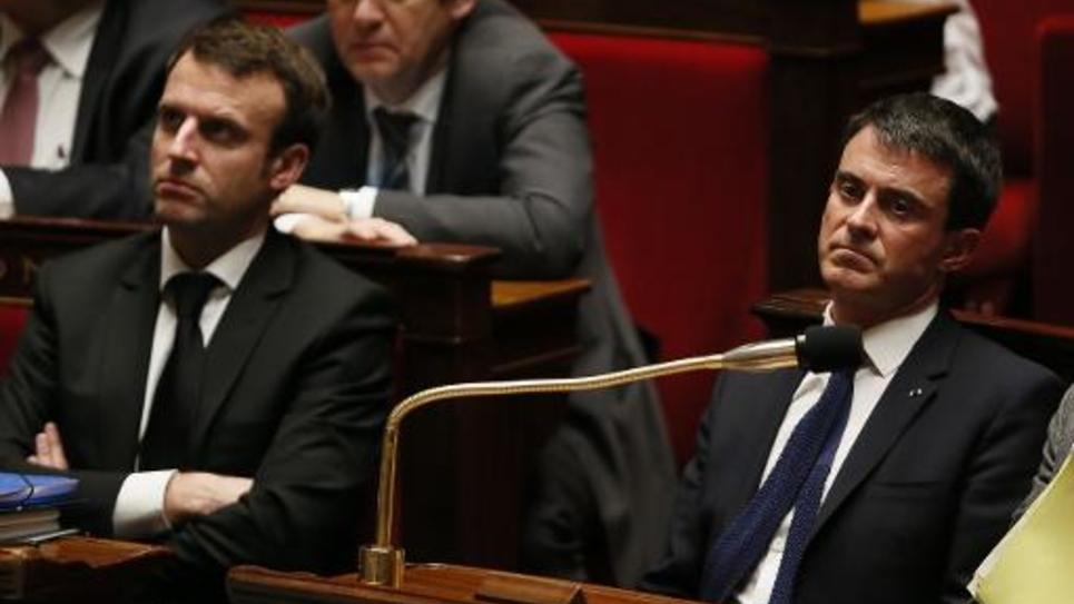 Emmanuel Macron (g) et Manuel Valls lors des questions au gouvernement à l'Assemblée nationale le 17 février 2015