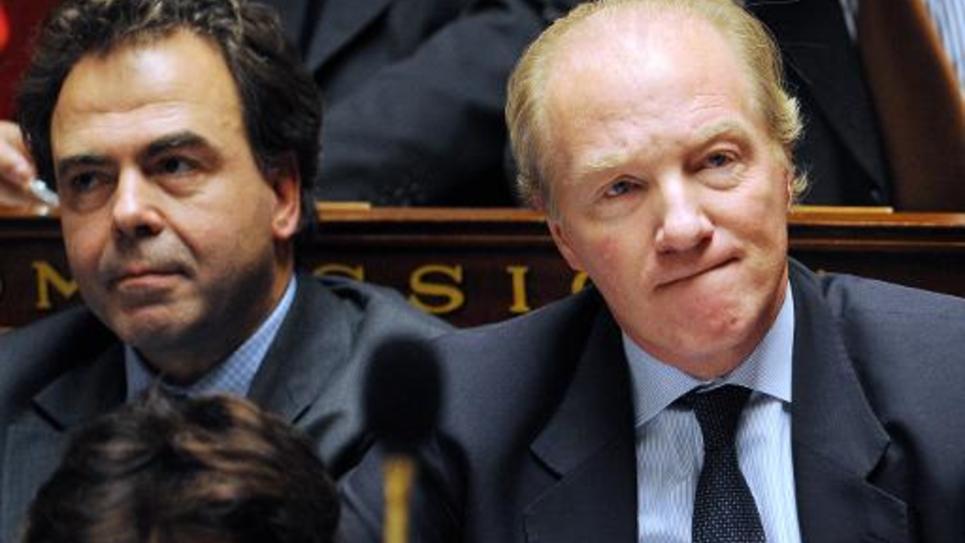 Luc Chatel (g) et Brice Hortefeux, alors ministres, sur les bancs de l'Assemblée nationale à Paris, le 14 décembre 2010