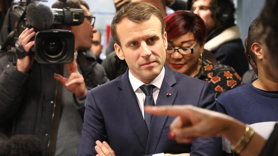 Le président Emmanuel Macron écoute des intervenants lors d'une visite à Evry-Courcouronnes, le 4 février 2019 dans le cadre du grand débat national