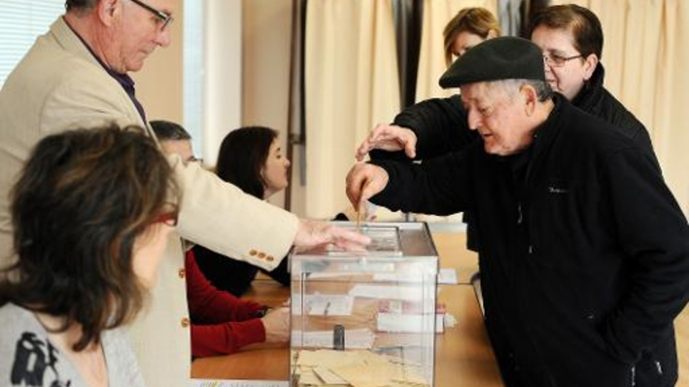 Un électeur dépose son bulletin dans l'urne le 22 mars 2015 à Nailloux