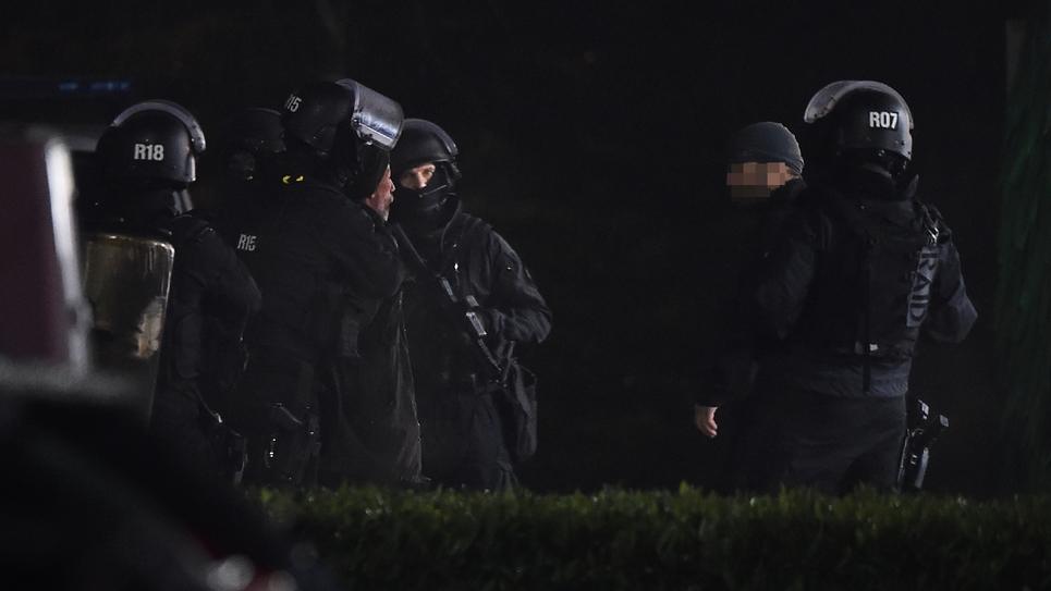 """Des hommes du RAID interpellent un """"gilet jaune"""" qui détient une grenade, à Angers le 23 novembre 2018"""