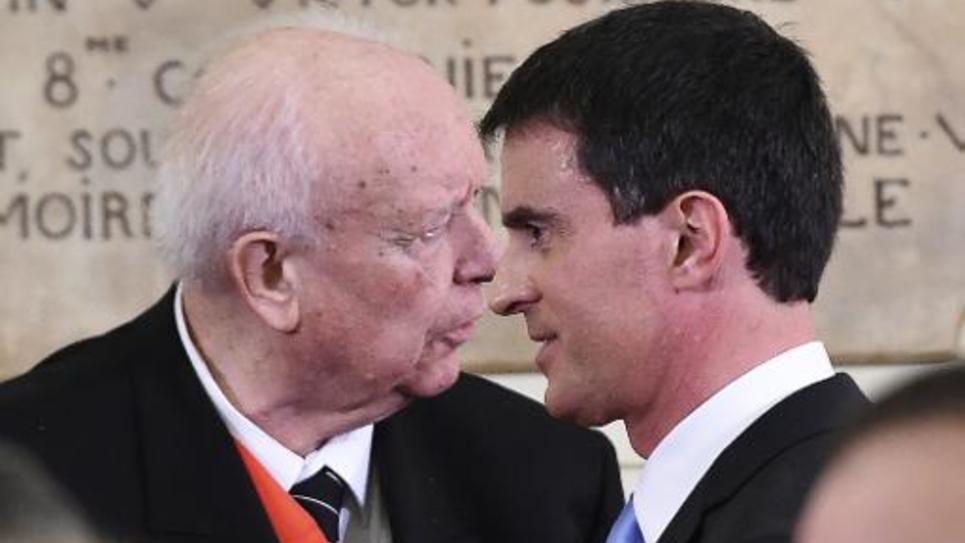 Le Premier ministre français Manuel Valls (d) et le maire de Marseille Jean-Claude Gaudin à la mairie de Marseille, le 9 février 2015