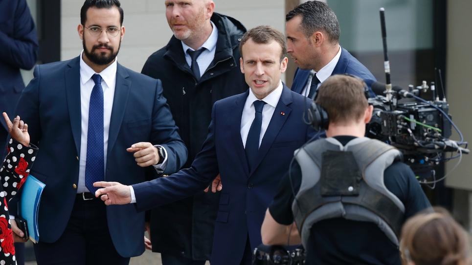 Alexandre Benalla (g) et Emmanuel Macron le 12 avril 2018 à Berd'huis