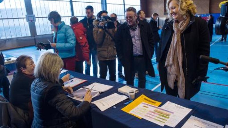 Sophie Montel (droite), la candidate du FN à l'élection législative partielle, visite un bureau de vote à Herimoncourt le 8 février 2015