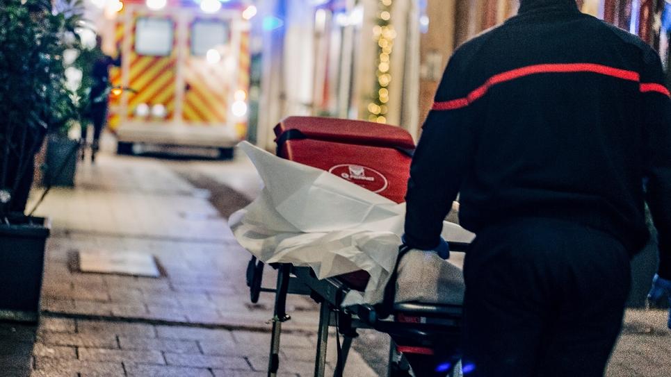 Un pompier se rend sur le lieu de l'attaque au marché de Noël à Strasbourg, le 11 décembre 2018