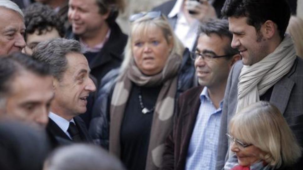 L'ancien-président Nicolas Sarkozy le 29 novembre 2014 à Paris parle avec ses supporters après avoir voté pour l'élection du président de l'UMP pour laquelle il est candidat