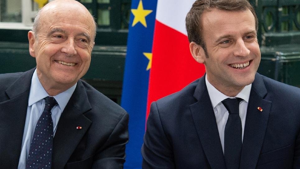 Alain Juppé (g) et le président Emmanuel Macron sourient avant une réunion à Bordeaux, le 1er mars 2019