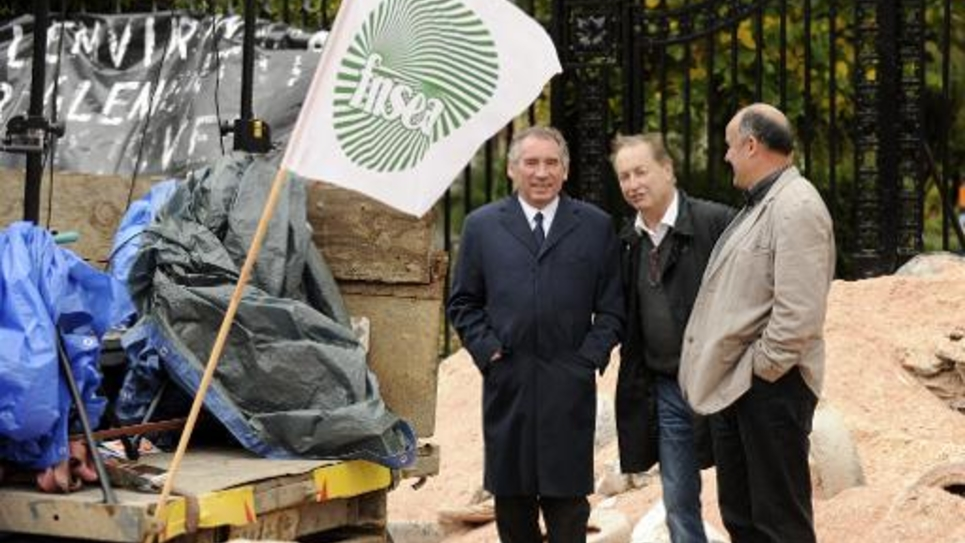 Le maire de Pau et président du MoDem François Bayrou en compagnie d'agriculteurs durant une manifestation devant la préfecture de Pau le 5 novembre 2014