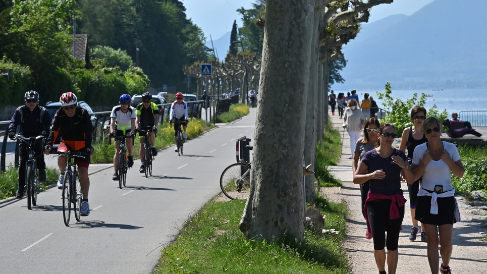 Cyclisme et jogging le long d'une rive du lac d'Annecy (Haute-Savoie), le 17 mai 2020