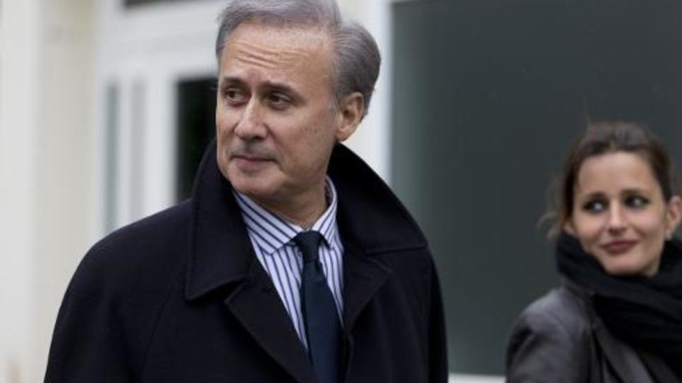 Le député-maire Georges Tron quitte le bureau de vote, le 29 mars 2015 à Draveil, dans l'Essonne