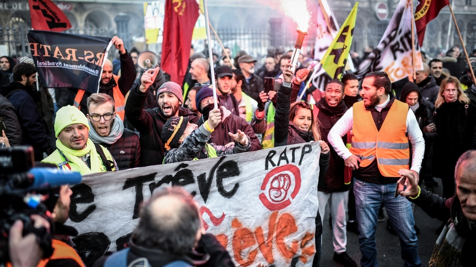 Des agents de la RATP manifestent près de la Gare de l'Est, le 26 décembre 2019 à Paris, au 22e jour de grève contre la réforme des retraites