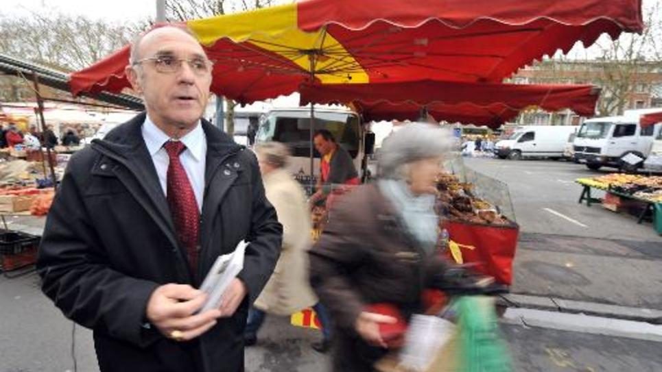 Le maire de Lisieux(Calvados), Bernard Aubril (DVD), le 19 janvier 2008 au marché de la ville