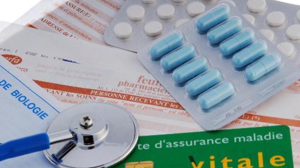 Stethoscope, médicaments, carte vitale et feuille de remboursement