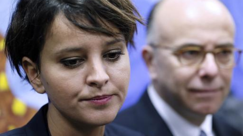 La ministre française de l'Education nationale Najat Vallaud-Belkacem en compagnie de son homologue de l'Intérieur Bernard Cazeneuve lors de la visite d'une école à Pantin, près de Paris, le 9 décembre 2014