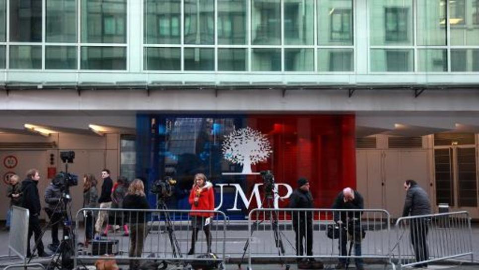 Des journalistes devant l'entrée du siège de l'UMP à Paris le 29 novembre 2014