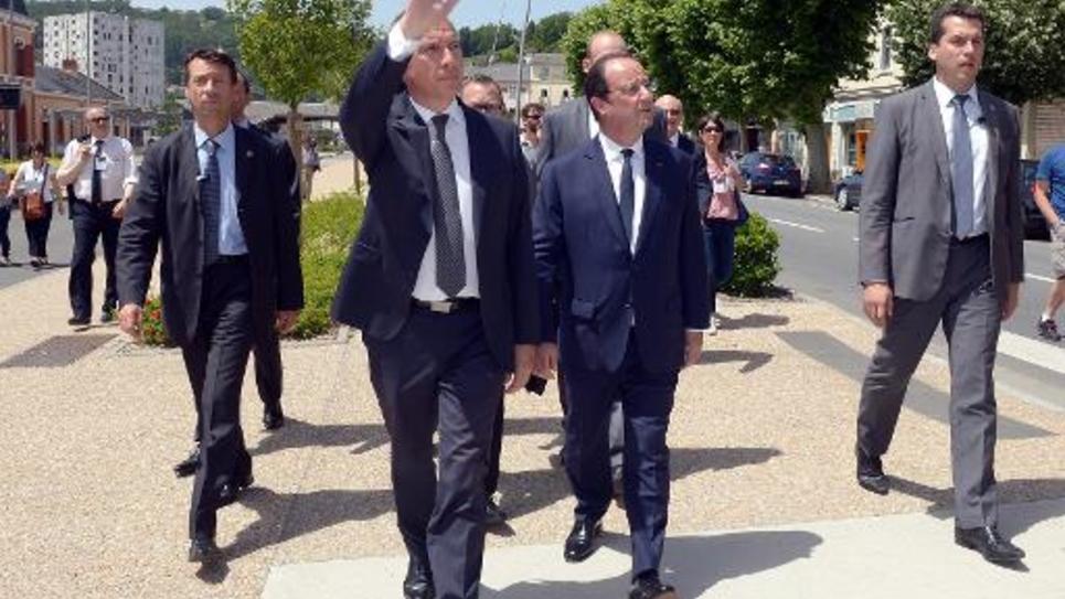 Le maire Bernard Combes (g) et le président de la République François Hollande (c) le 9 juin 2014 à Tulle