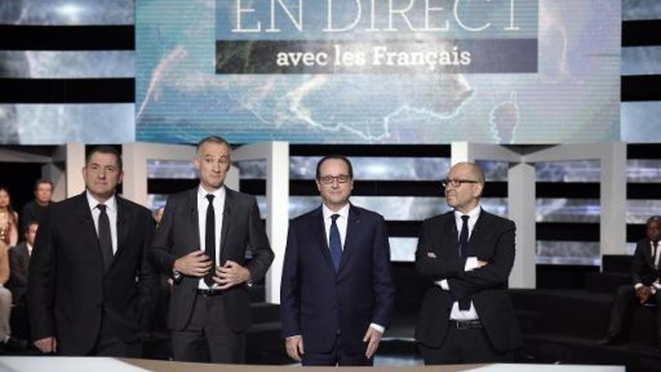 Françis Hollande entouré de GàD de Yves Calvi, Gilles Bouleau etThierry Demaiziere le 6 novembre 2014 sur le plateau de TF1 à Aubervilliers