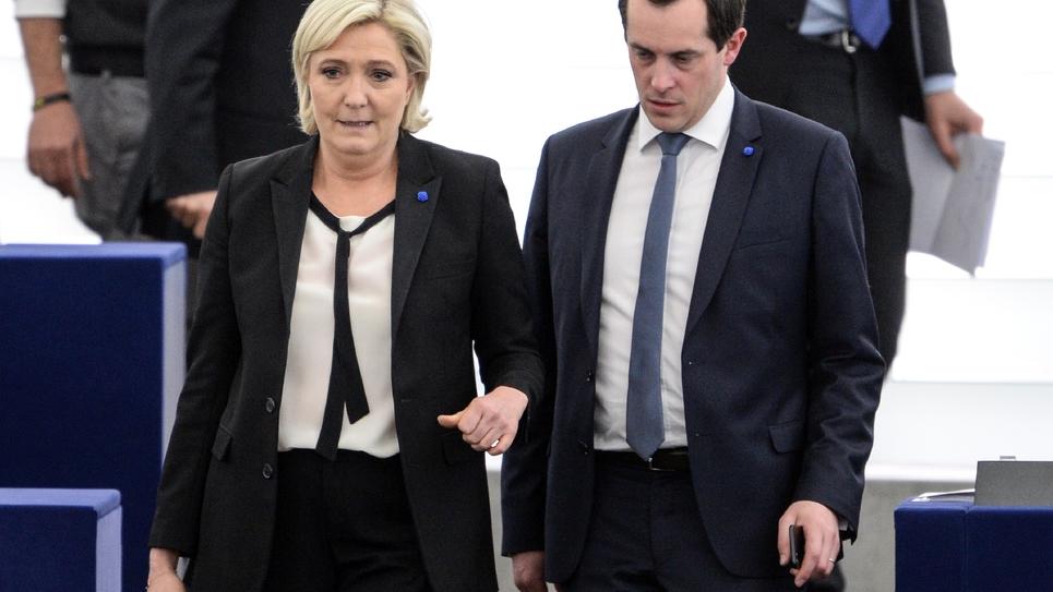 La présidente du Front national, Marine Le Pen, et le secrétaire général du parti, Nicolas Bay, tous deux eurodéputés, au Parlement européen, le 5 avril 2017