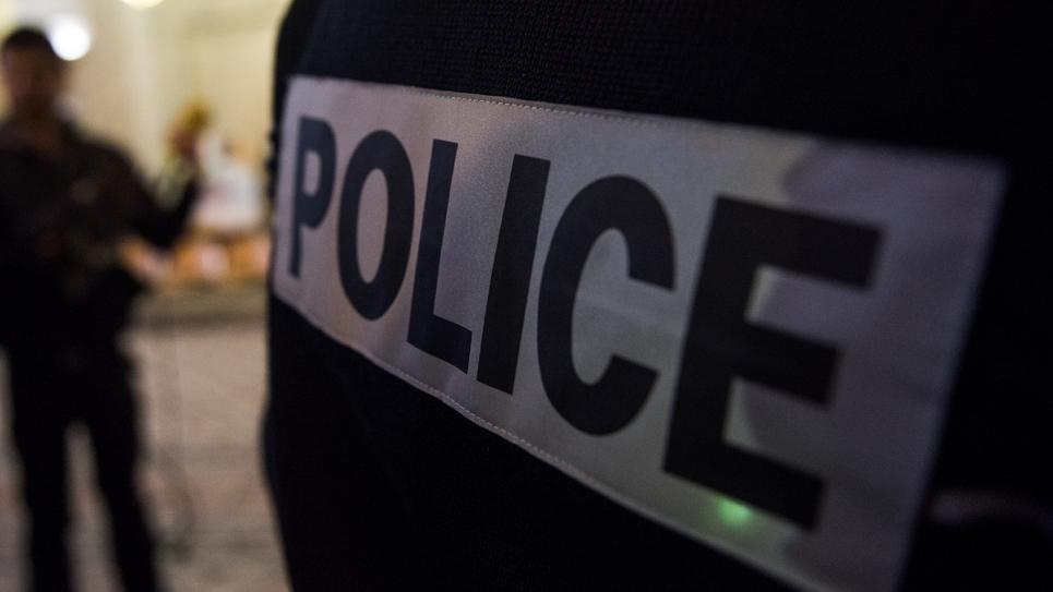 La commission des Lois du Sénat a adopté mercredi le projet de loi assouplissant la légitime défense des policiers, déposé à la suite de la mobilisation sans précédent des agents de la police nationale après les graves incidents de Viry-Châtillon.