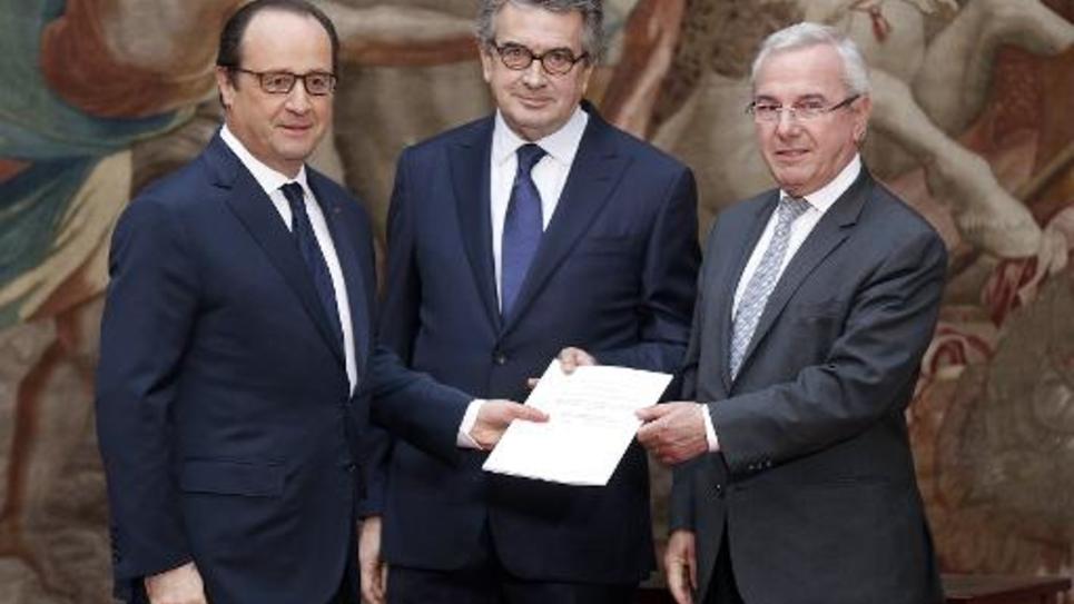 Les députés UMP Jean Leonetti (d) et PS Alain Claeys (c) remettent leur rapport sur la fin de vie au président François Hollande, le 12 décembre 2014 à l'Elysée à Paris
