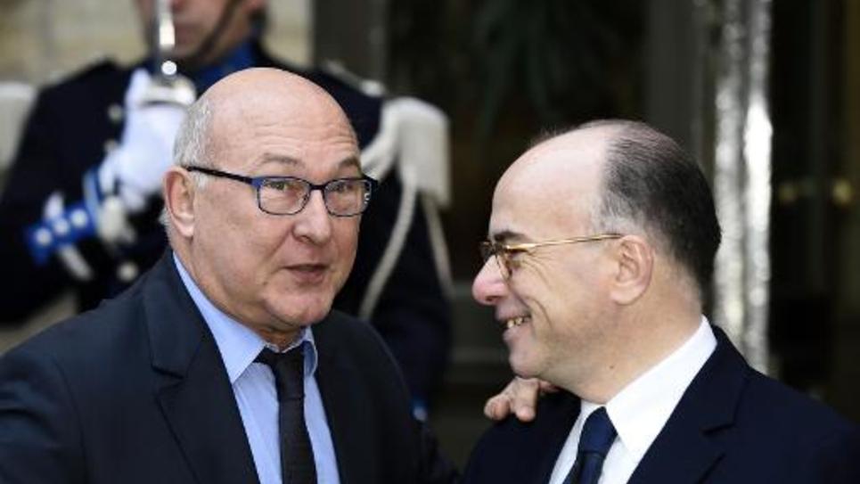 Les ministres de l'Intérieur Bernard Cazeneuve (d) et des Finances Michel Sapin, le 5 janvier 2015 à Paris