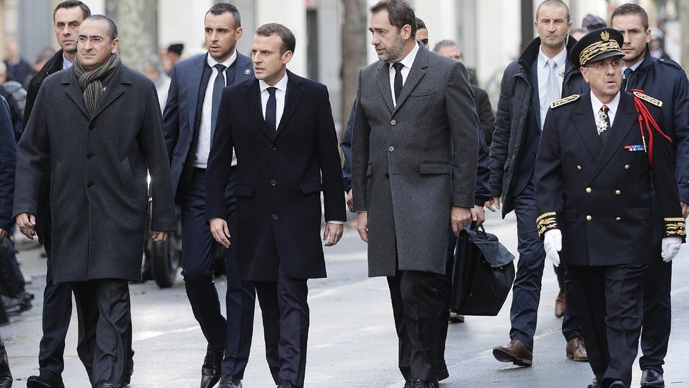 Emmanuel Macron aux côtés de Laurent Nuñez (g), Christophe Castaner (1er à droite) et du préfet de police Michel Delpuech (2e à droite) à Paris le 2 décembre