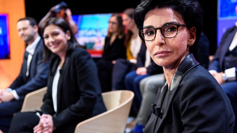 Anne Hidalgo (g) et Rachida Dati (d), candidates à la mairie de Paris, avant le débat télévisé le 4 mars 2020 dans les studios de la chaîne LCI à Boulogne-Billancourt, près de Paris
