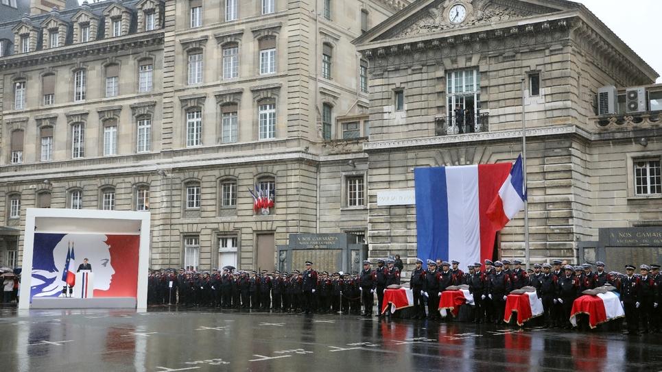 Le président Emmanuel Macron (G) prononce un discours lors de l'hommage aux quatre victimes de l'attaque de la préfecture de police, à Paris le 8 octobre 2019