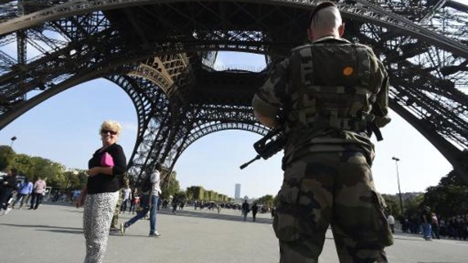 Des militaires français patrouillent au pied de la tour Eiffel, le 23 septembre 2014