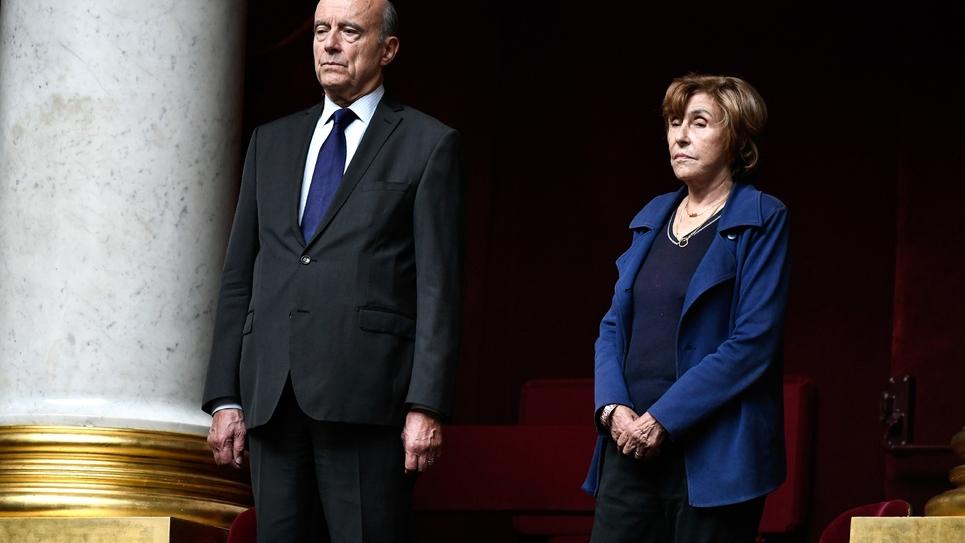 Les anciens Premiers Ministres Édith Cresson et Alain Juppé dans les tribunes de l'Assemblée nationale à Paris lors de l'hommage rendu au défunt président Jacques Chirac le 1er octbre 2019