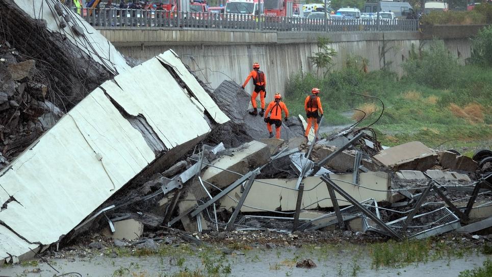 Des secouristes à l'oeuvre à Gênes, en Italie,  après l'effondrement d'un viaduc d'autoroute, le 14 août 2018