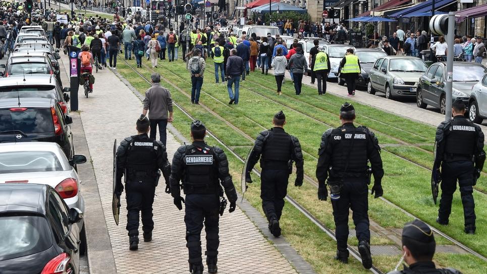"""Les """"gilets jaunes"""" semblent s'effacer de l'espace public, victimes selon eux d'une """"répression très forte"""". Ici, une manifestation des """"gilets jaunes"""" à Bordeaux (Sud-Ouest) le 25 mai 2019"""