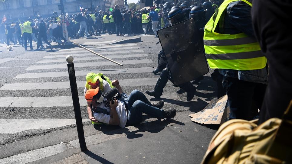 """Charge policière lors du 23e samedi de manifestation des """"gilets jaunes"""", le 20 avril 2009 à Paris"""