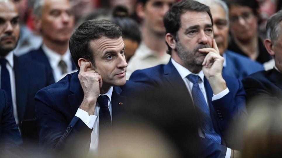 Le président Emmanuel Macron (g) et le ministre de l'Intérieur Christophe Castaner, lors d'une séance du grand débat national à  Gréoux-les-Bains, le 7 mars 2019
