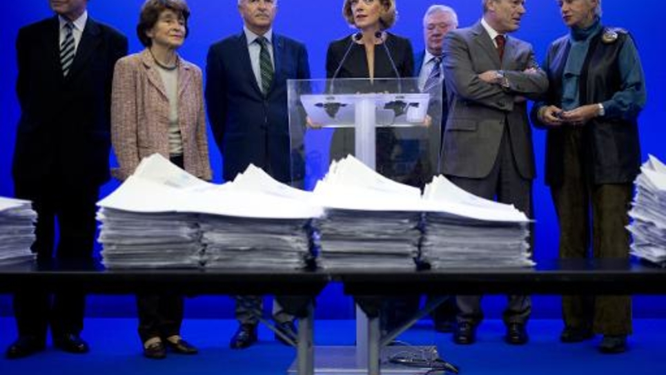 La présidente de la Haute Autorité Anne Levade, entourée de plusieurs membres de la Haute autorité, le 15 octobre 2014 lors d'une conférence de presse au siège de l'UMP à Paris