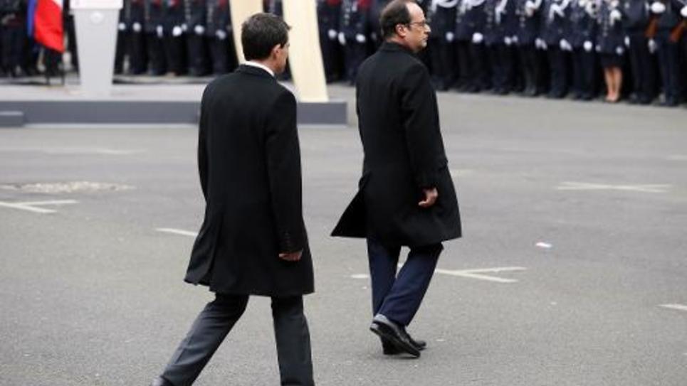 Le président François Hollande (d) et le Premier ministre Manuel Valls, le 13 janvier 2015 à la préfecture de Paris