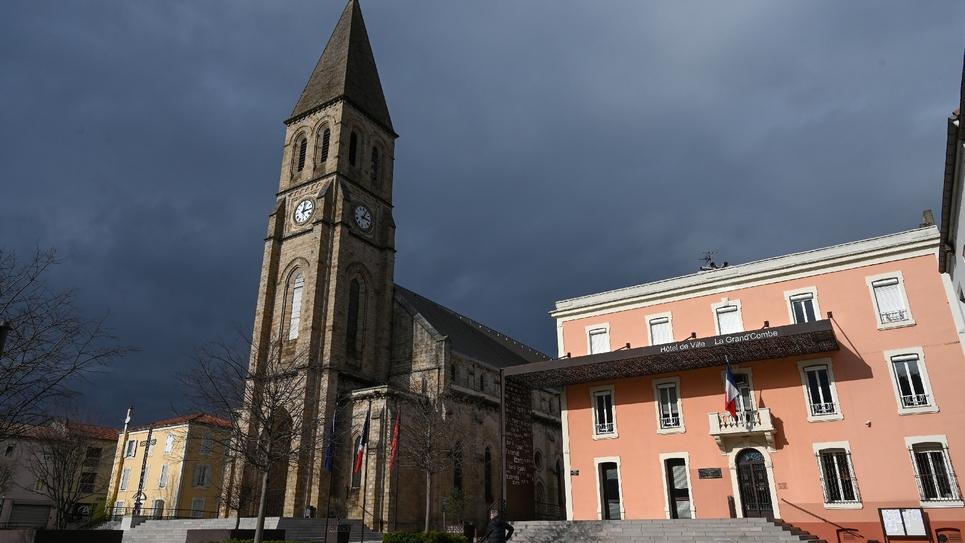 L'église et la mairie de La Grand Combe, le 13 février 2020 dans le Gard
