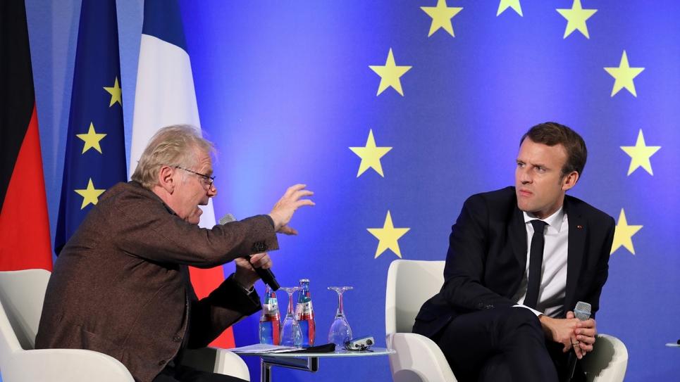 Daniel Cohn-Bendit (g) et Emmanuel Macron (d) lors d'un débat à Francfort, le 10 octobre 2017