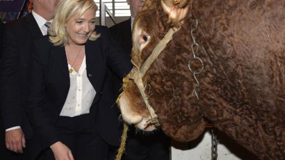 La présidente du FN Marine Le Pen en visite au salon de l'agriculture le 26 février 2015