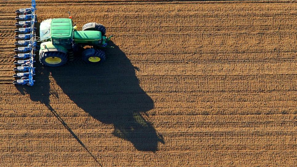 Emmanuel Macron annonce une loi pour rééquilibrer les contrats entre agriculteurs, industriels et distributeurs afin de mieux rémunérer les paysans