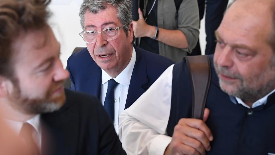 Le maire de Levallois-Perret (Hauts-de-Seine) Patrick Balkany entouré de ses avocats Antoine Vey (gauche) et Eric Dupond-Moretti (droite) le 19 juin 2019 au tribunal de Paris