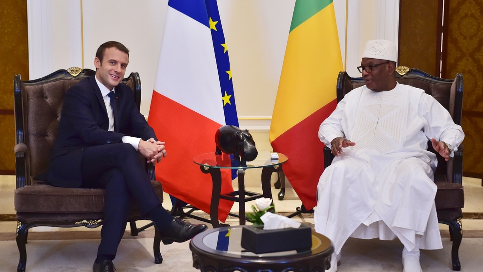 Le président français Emmanuel Macron (G) s'entretient avec son homologue malien lIbrahim Boubacar Keïta (D), président en exercice du G5 Sahel, à Bamako au Mali le 2 juillet 2017