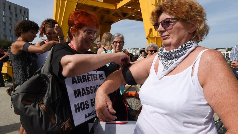 Des participants portant des brassards noirs au rassemblement pour Steve à Nantes le 3 août 2019
